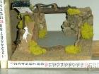 Millenium Christmas. Paesaggi per il tuo presepe. Casetta in cima a una montagnola con fiume, pecorella e ponte. cod.355