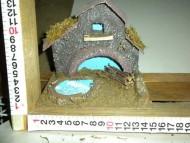 Millenium Christmas. Casa in legno, colorata con lago e pozzo; Accessoriata con ceppi di legno e muschio! cod.368