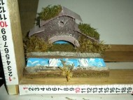 Millenium Christmas. Casa in legno con fiume che passa davanti all'abitazione; 2 cigni cod.370
