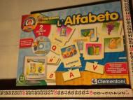 GIOCO CDIVERTIAMO L'ALFABETO,TESSERE CHE SI INCASTRANO CON LETTERE E DISEGNI IN PIU' UN CD PER GIOCARE SUL COMPUTER COD.S