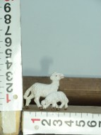 Presepe Pecora con bimbo che mangia l'erba al pascolo  animali per il presepe cod 133